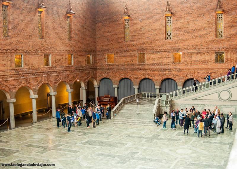 El salón azul es donde se realiza la cena de los Nobel. La escalera que muestra la foto es por donde bajan los premiados para dirigirse al banquete.