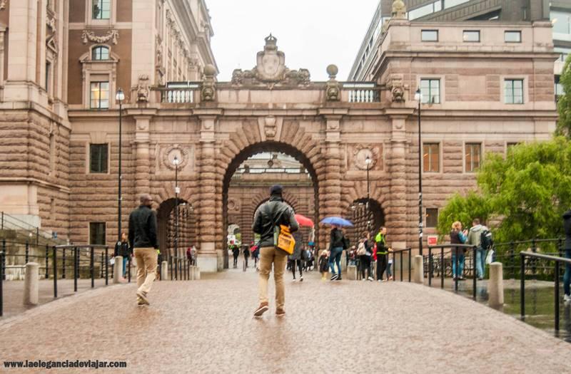 Entre estos dos arcos se encuentra la entrada a la visita guiada del Parlamento