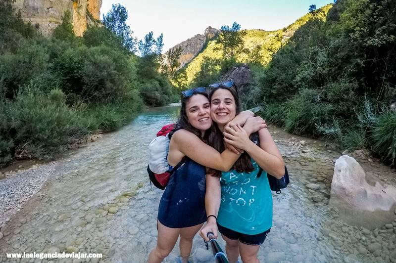 Amor de hermanas de camino al puente