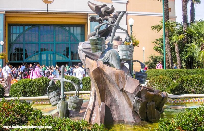 Mickey de la película Fantasía 2000 a la entrada de Walt Disney Studios