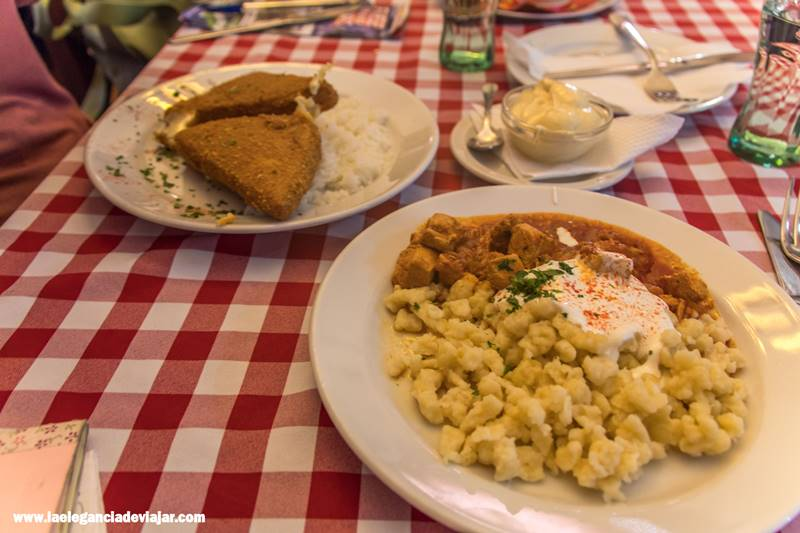 Comiendo en Nuestra comida en Idiko's Kitchen