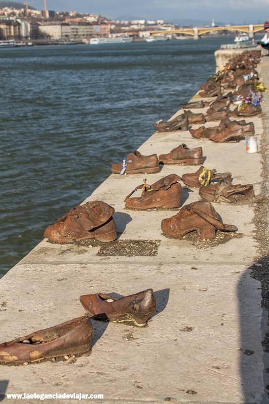 Monumento de los zapatos sobre al Danubio