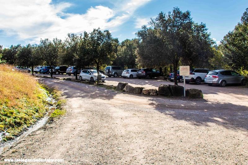 Zona de aparcamiento en el monasterio de Sant Pere de Casserres