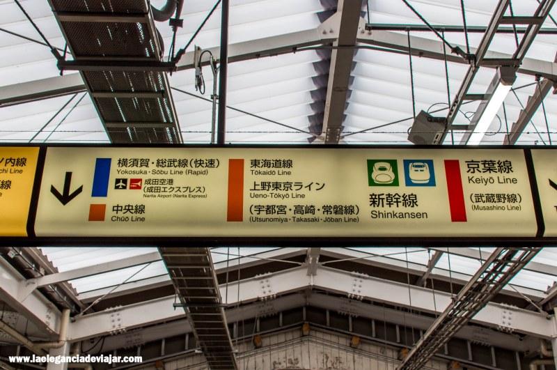 Indicaciones en las estaciones de Tokio