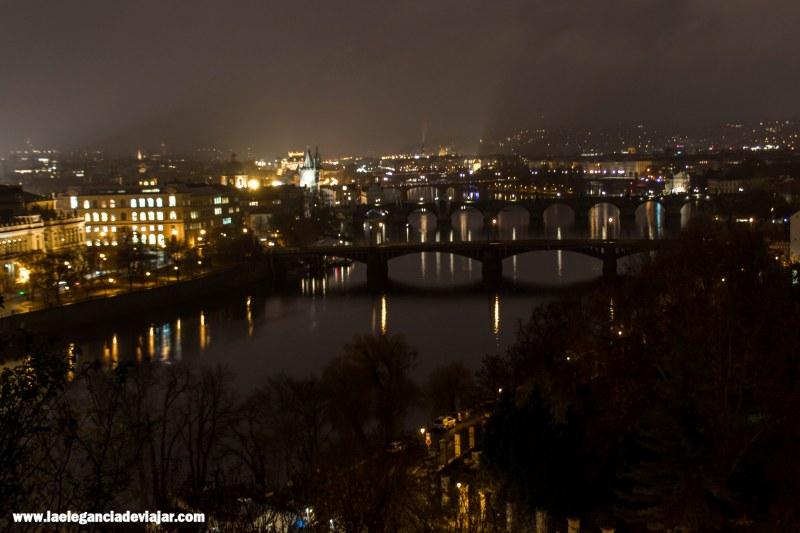 Vistas nocturnas desde el Parque de Letná