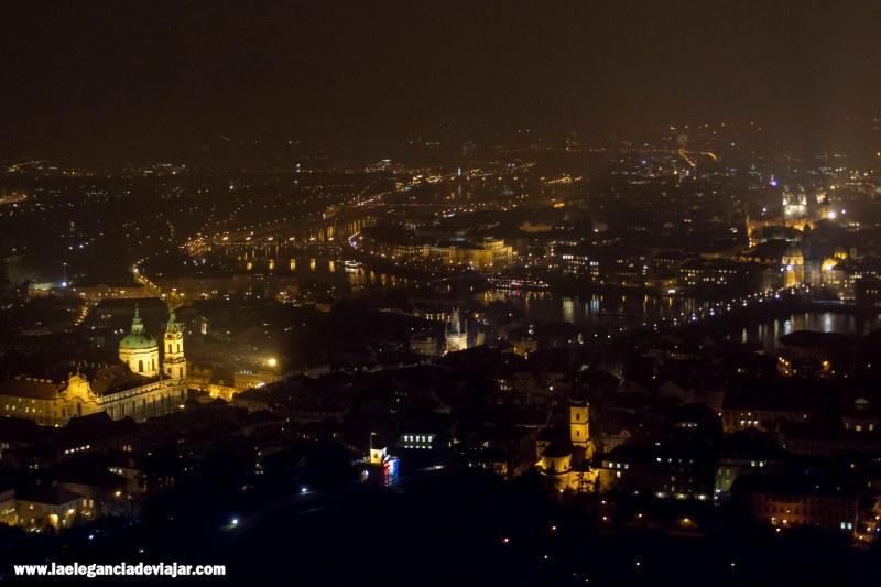 Vistas por la noche desde la Torre de Petrin